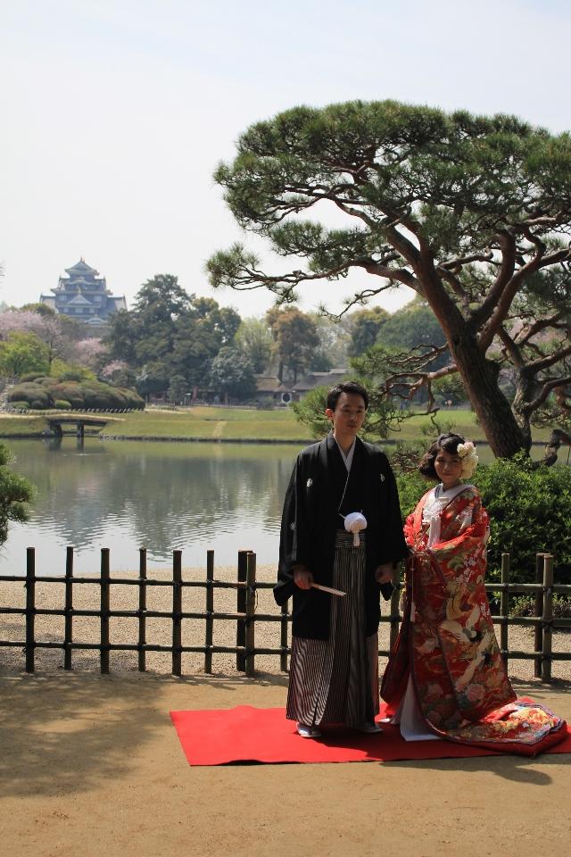 Nevěsta se ženichem v zahradě Korakuen s Okajamským hradem v pozadí
