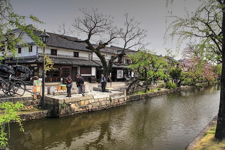 Malebná čtvrť Bikan s vodním kanálem lemovaným vrbami a bývalými bílými sýpkami, Kurašiki
