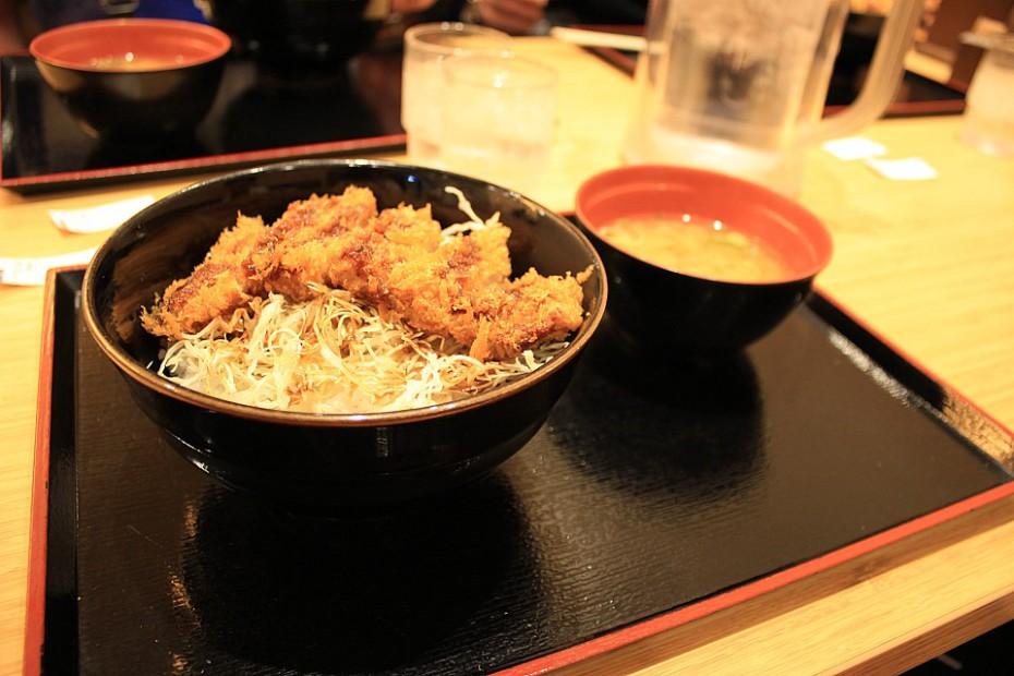 Řízek tonkatsu s polévkou