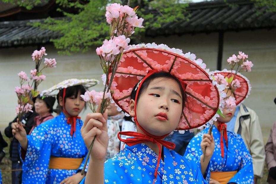 Holčička v průvodu Taiko hanami gjoretsu