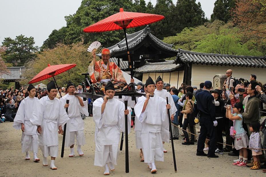 Tojotomi Hidejoši na nosítkách se svojí družinou prochází k budově hale Kondó