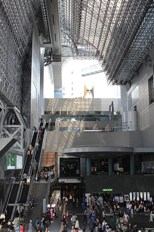 Obrovská budova Kjótského nádraží