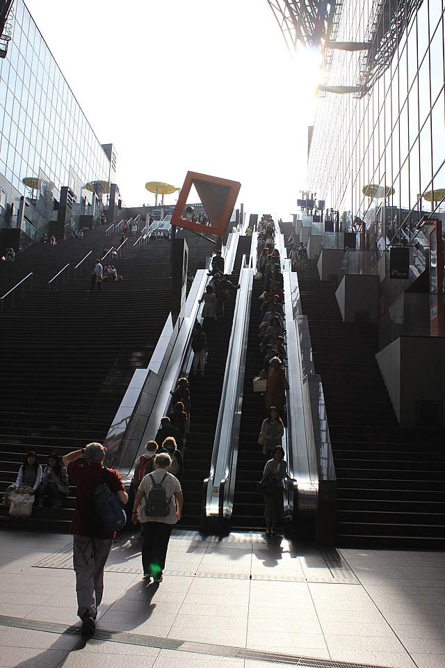 Po eskalátorech se dá vyjet až na střechu budovy