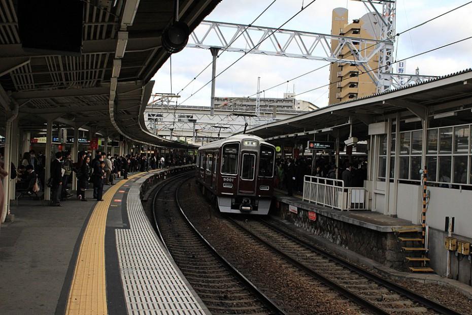 Pohled na nástupiště s projíždějícím vlakem v Ósace