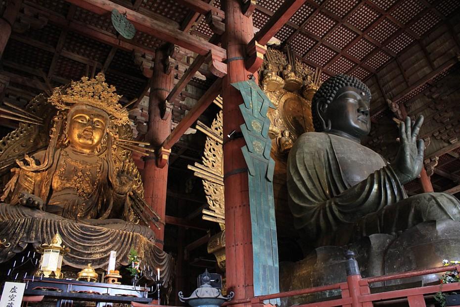 Vpravo je kolosální 16metrový bronzový Daibutsu - největší na světě
