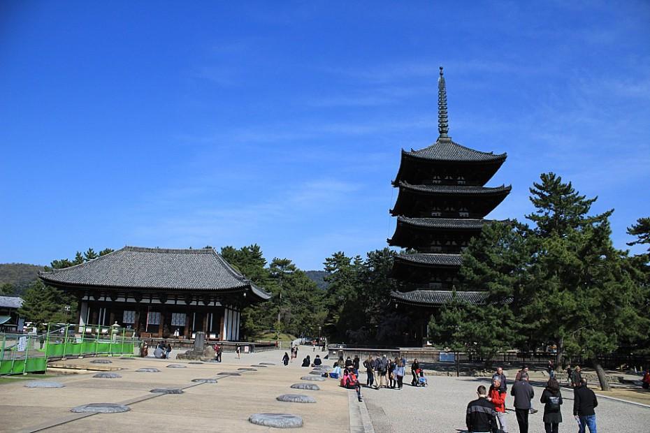Areál chrámu Kófukudži – vpravo 2. nejvyšší pagoda v Japonsku