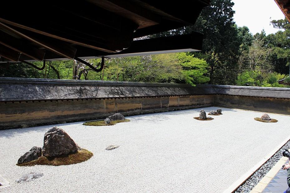 Kamenná zahrada ve stylu kare-sansui v chrámu Rjóandži