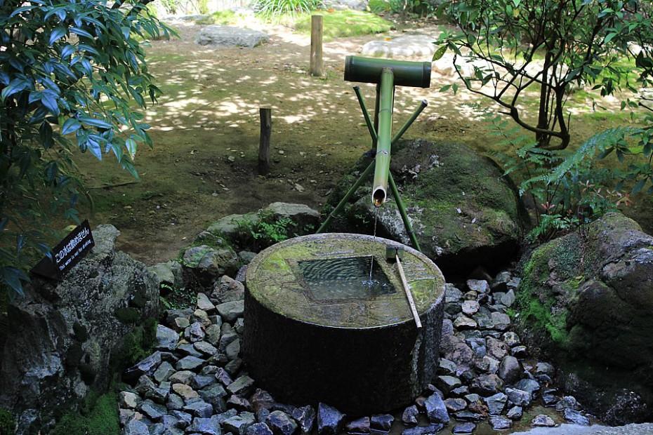 Nádržka na vodu tsukubai, která v sobě nese moudrost zenového buddhismu