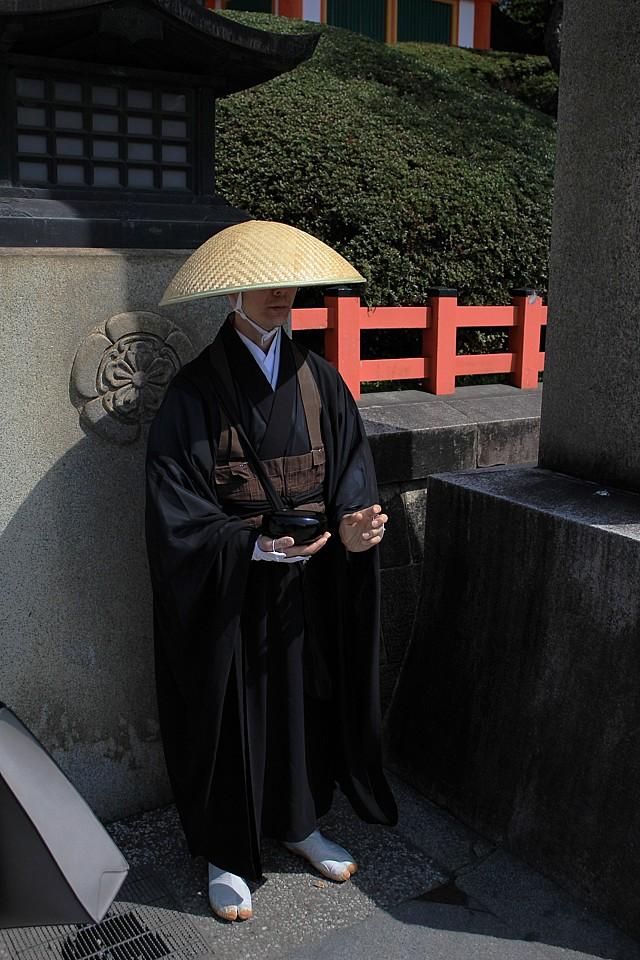Žebravý mnich před svatyní
