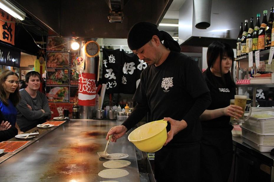Kuchař v izakaje připravující okonomijaki