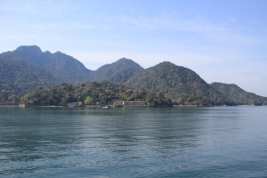 Část hornatého ostrova Mijadžima u Hirošimy