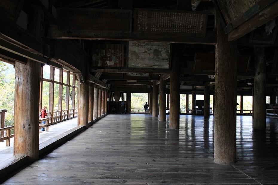 Uvnitř otevřeného chrámu Tisíce rohoží tatami