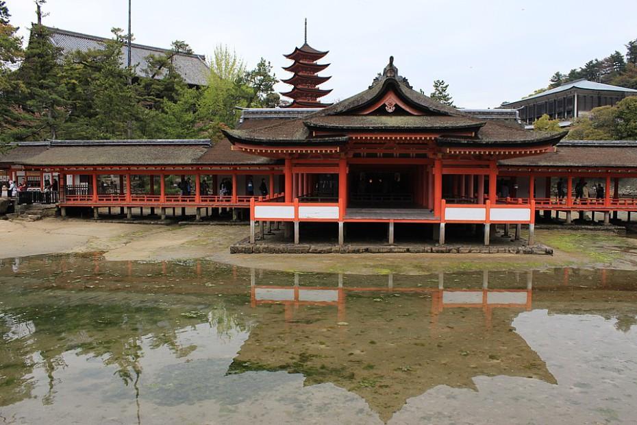 Svatyně Itsukušima s chrámem Tisíce rohoží tatami a pětipatrovou pagodou v pozadí
