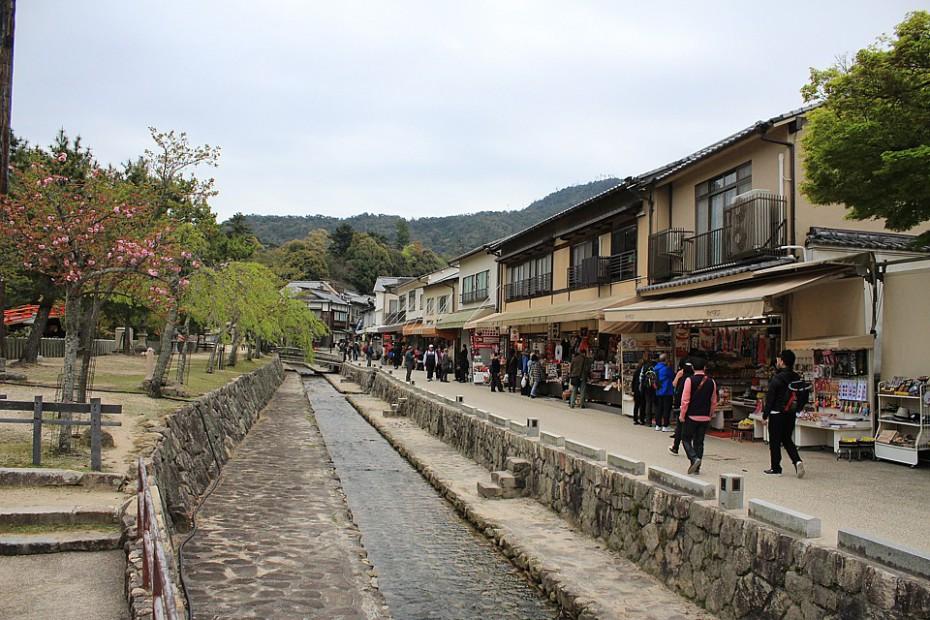 Malý vodní kanál procházející městečkem na Mijadžimě