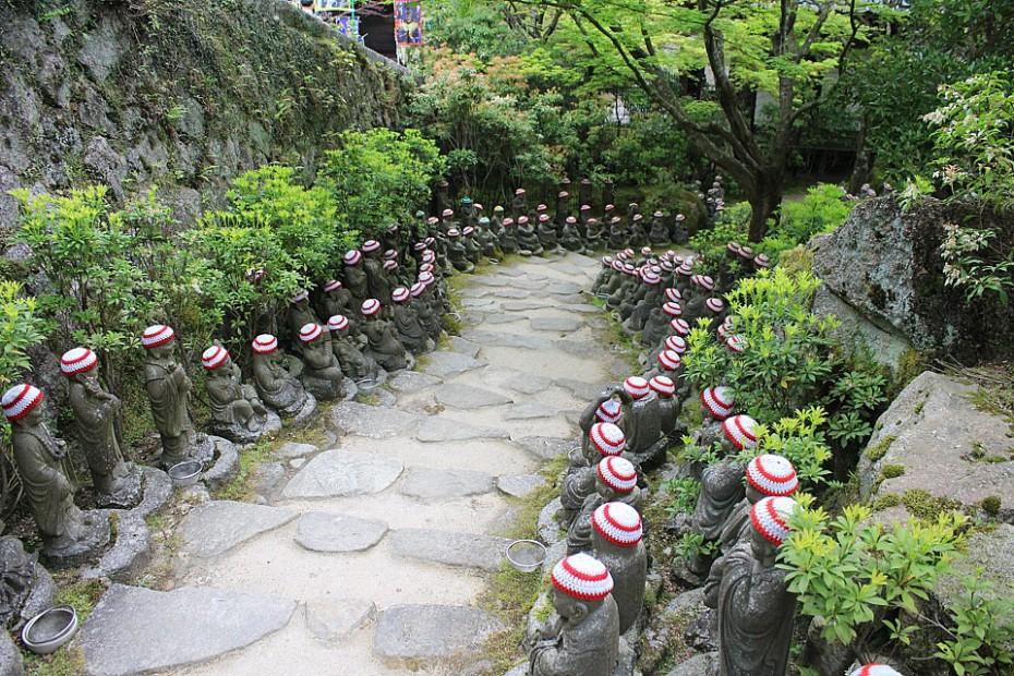 500 sošek rakan s háčkovanými čepičkami na hlavě pod klášterem Daišóin