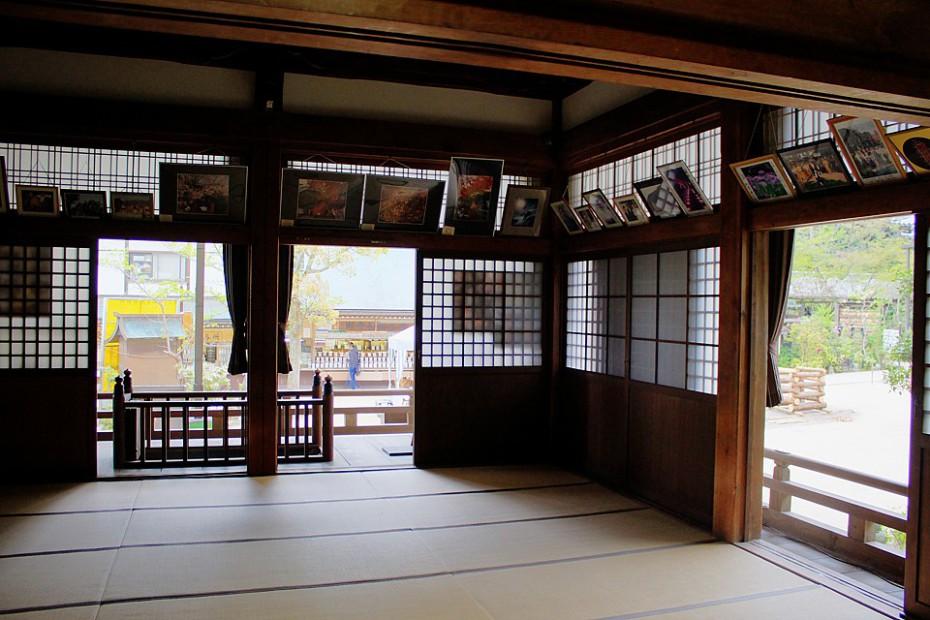 Otevřené posuvné dveře vyplněné rýžovým papírem