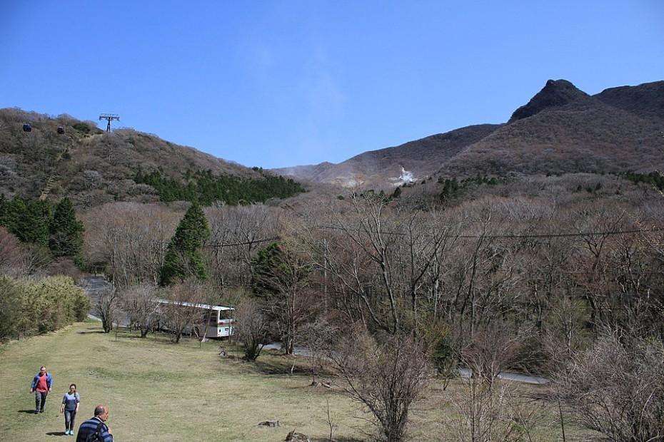 Okolní kopce se sirnými jezírky nad jezerem Aši