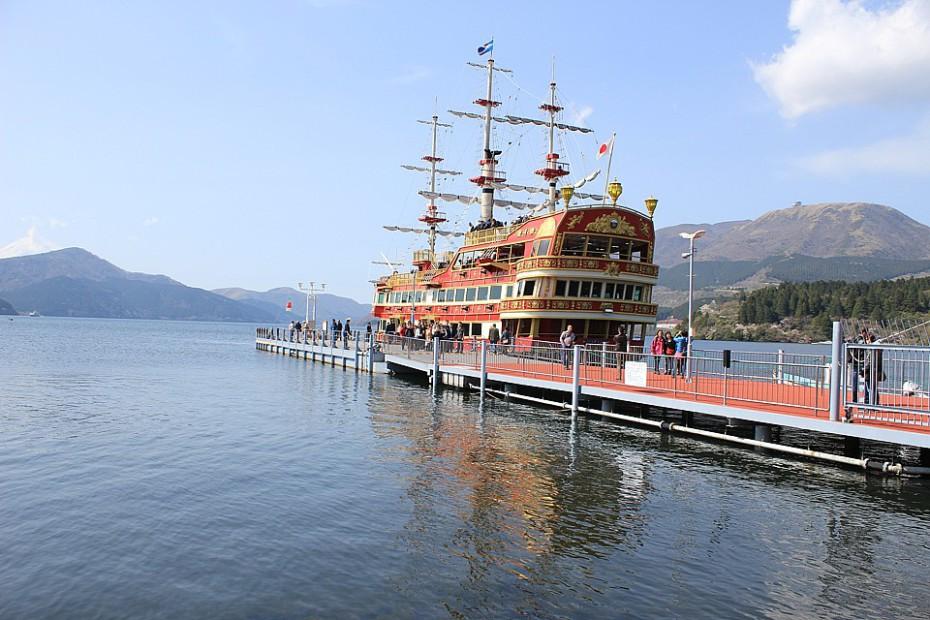 Červená vyhlídková loď na jezeře Aši