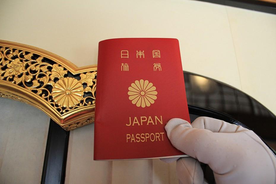 Ostraha ukazuje symbol japonského císařství na japonském pasu