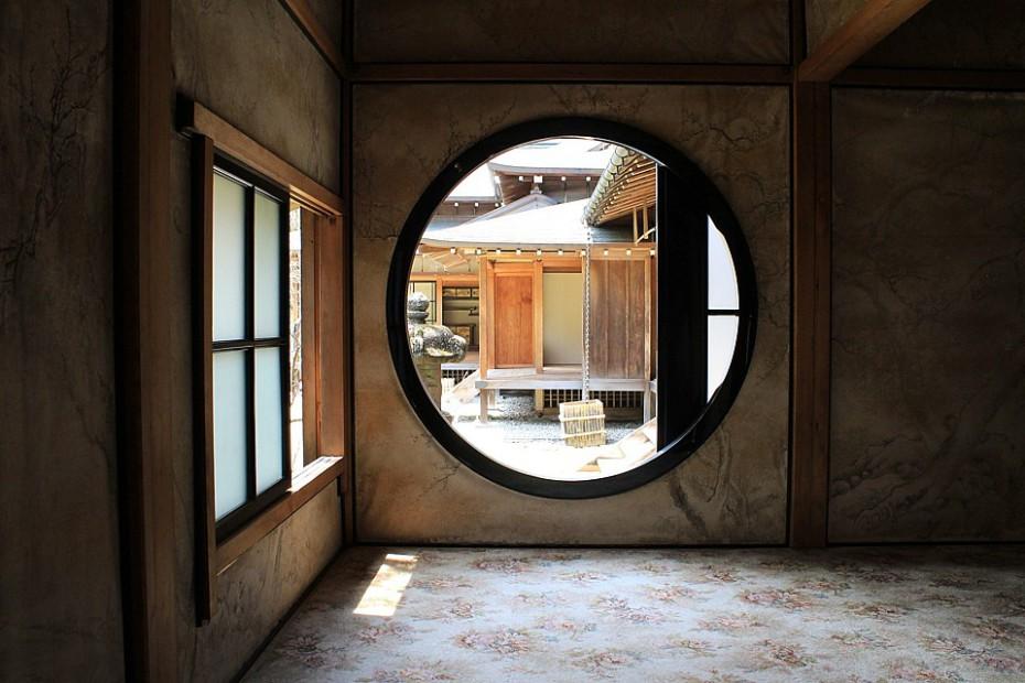 Kulaté okno v jedné ze stěn