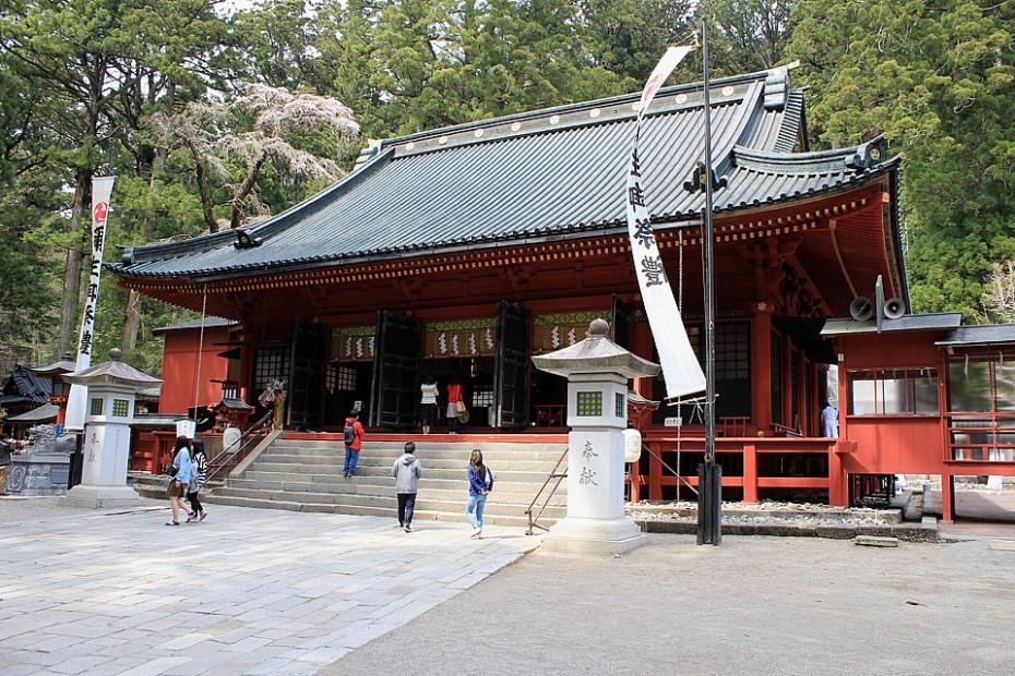 Budova svatyně Futarasan obklopená vysokými kryptomériemi