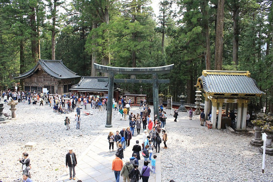Výhled na areál pod Tóšógú – vlevo posvátná stáj s vyřezávanými Moudrými opicemi, vpravo přístřešek pro očištění se před vstupem do svatyně