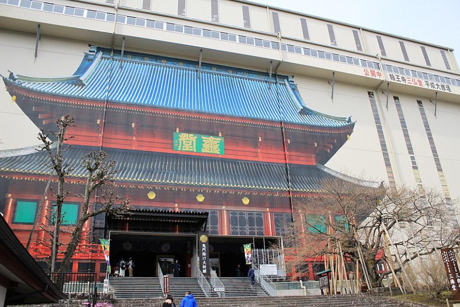 Chrám Rinnódži zakrytý ošklivou plechovou konstrukcí