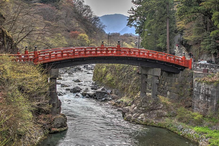 Ve skutečnosti očklivý most Šinkjó klenoucí se přes řeku Daija. Upraveno