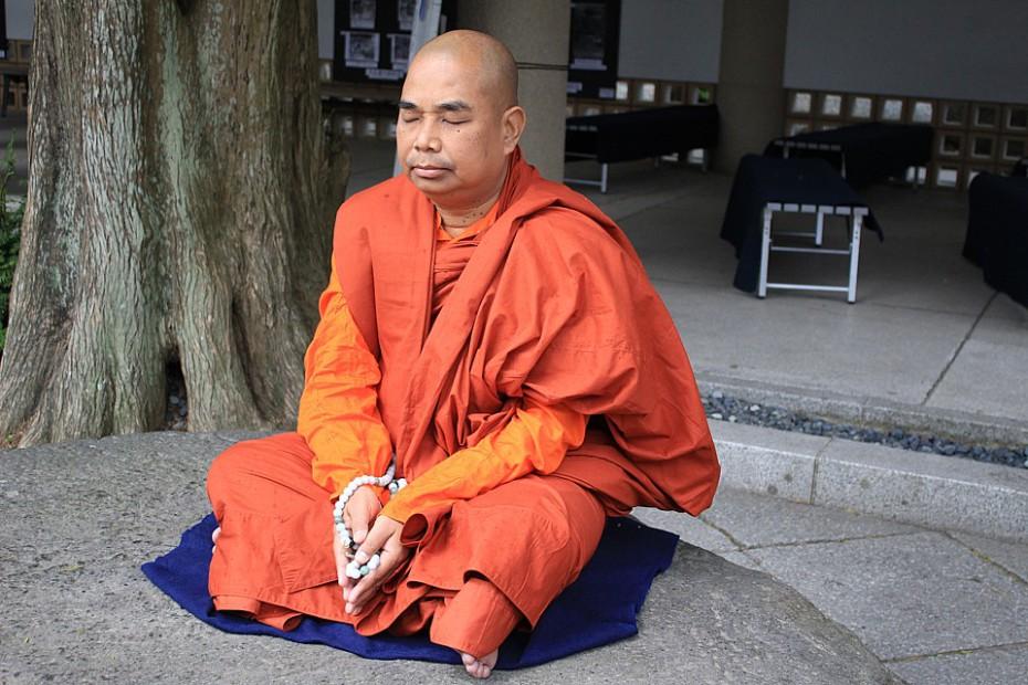 Meditující buddhistický mnich u Velkého Buddhy