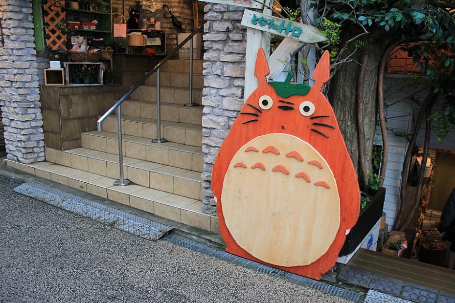 Hlavní hrdina Mijazakiho filmu Totoro před obchůdkem v Kamakuře