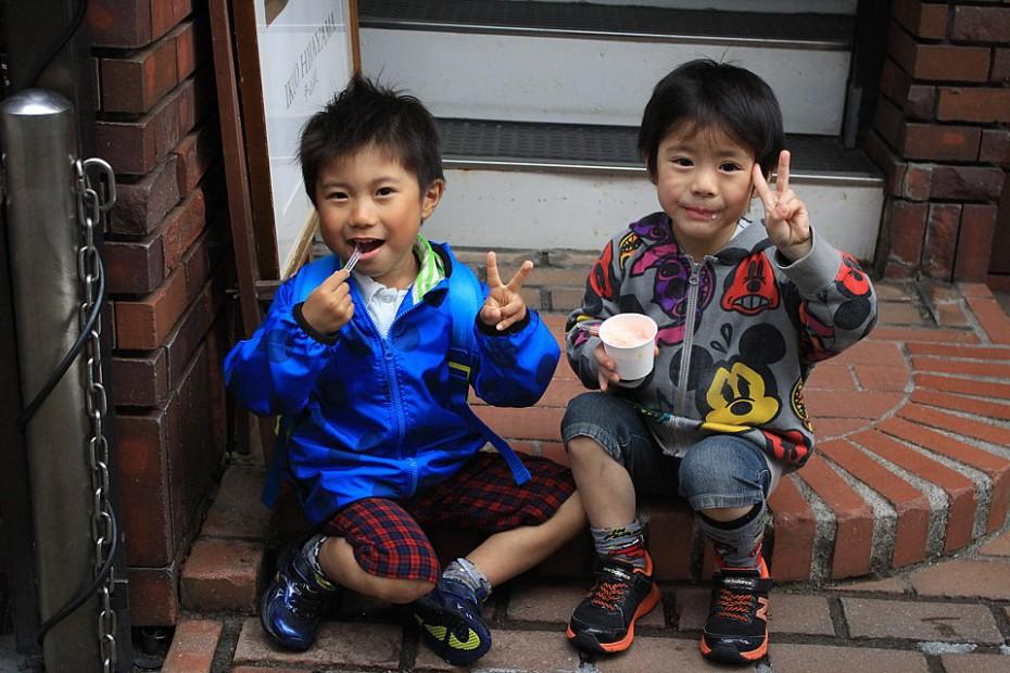 Děti pojídající sladkosti nám znovu pózují