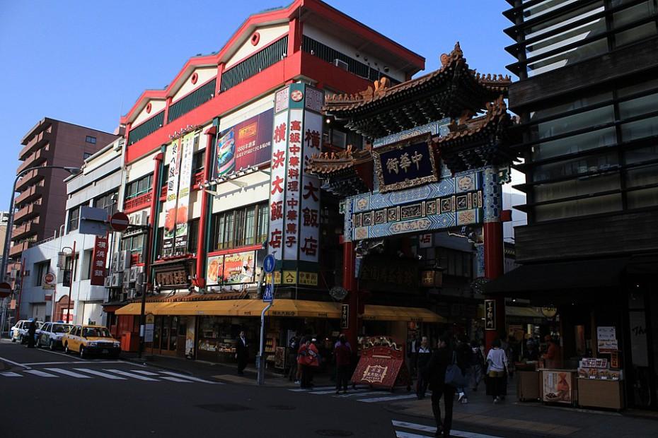 Domy v Čínské čtvrti a kýčovitá červená brána, Jokohama