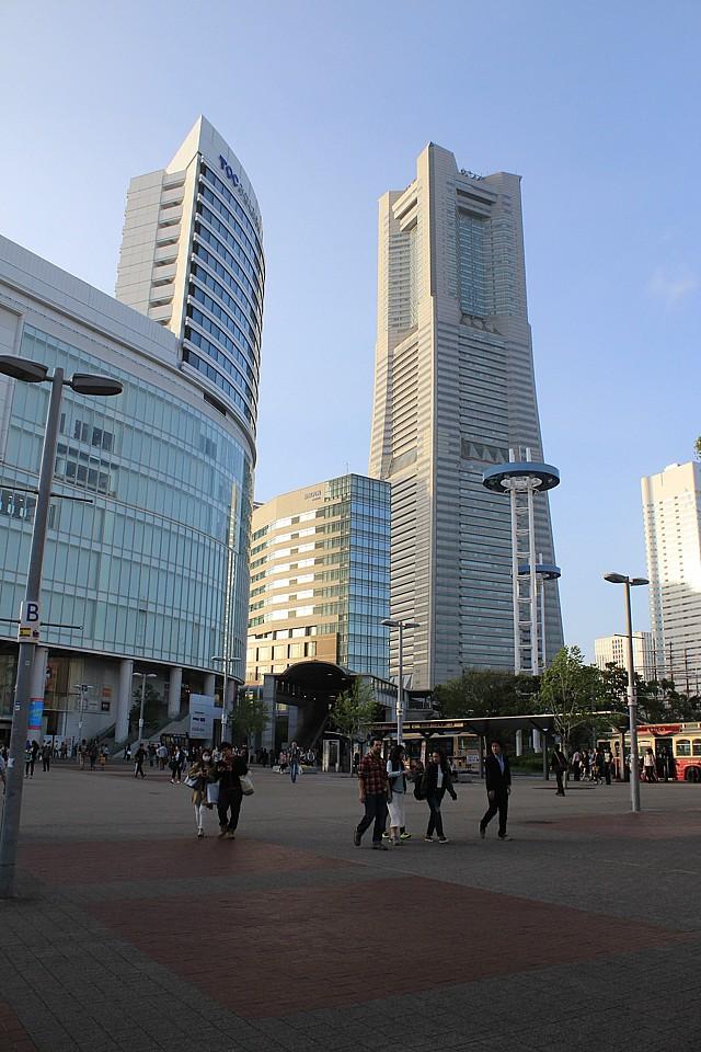 Vpravo věž mrakodrapu Landmark Tower