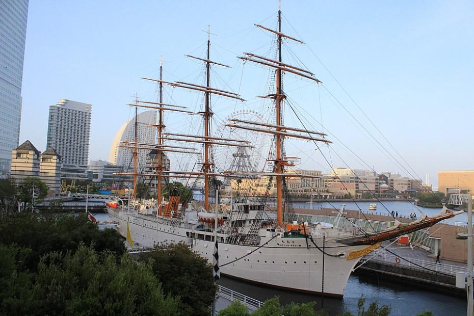 Obrovská fregata Nippon maru kotvící pod Landmark Tower