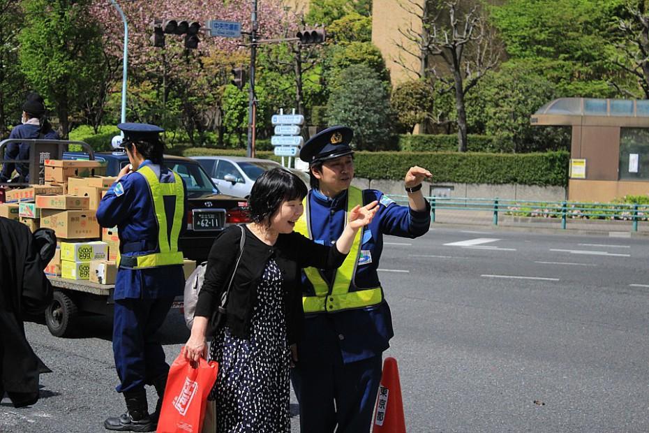 Znovu dopravní policie řídí dopravu u trhu, i když tam jsou semafory