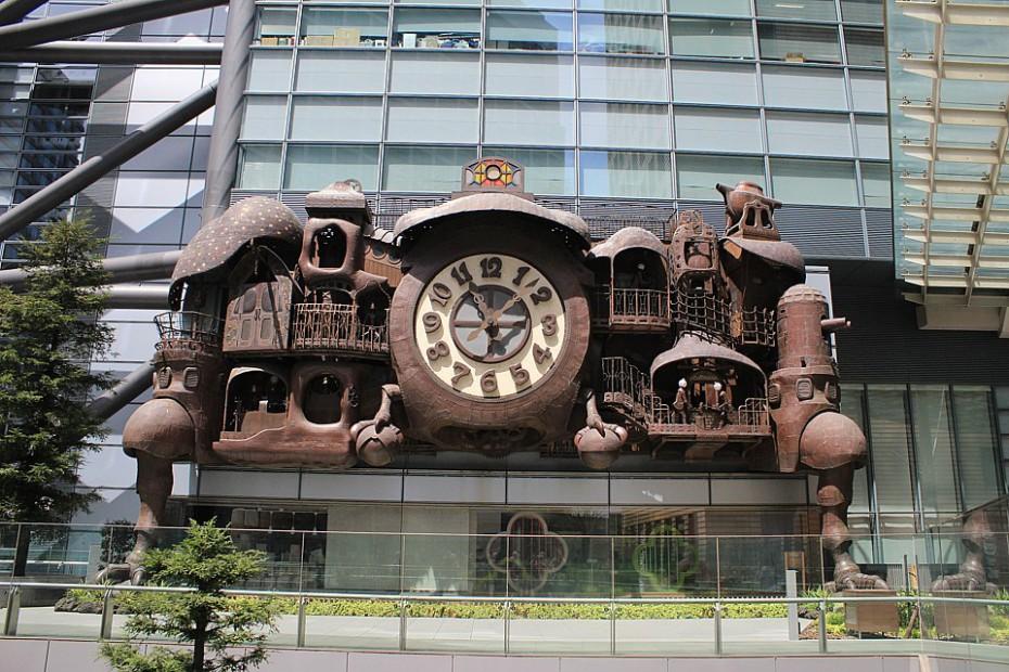 Mijazakiho orloj kousek od Caretta Shiodome Building