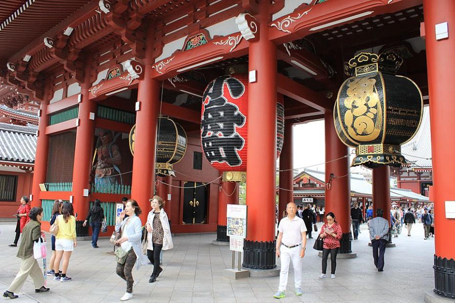 Hlavní brána mon před areálem chrámu Sensódži