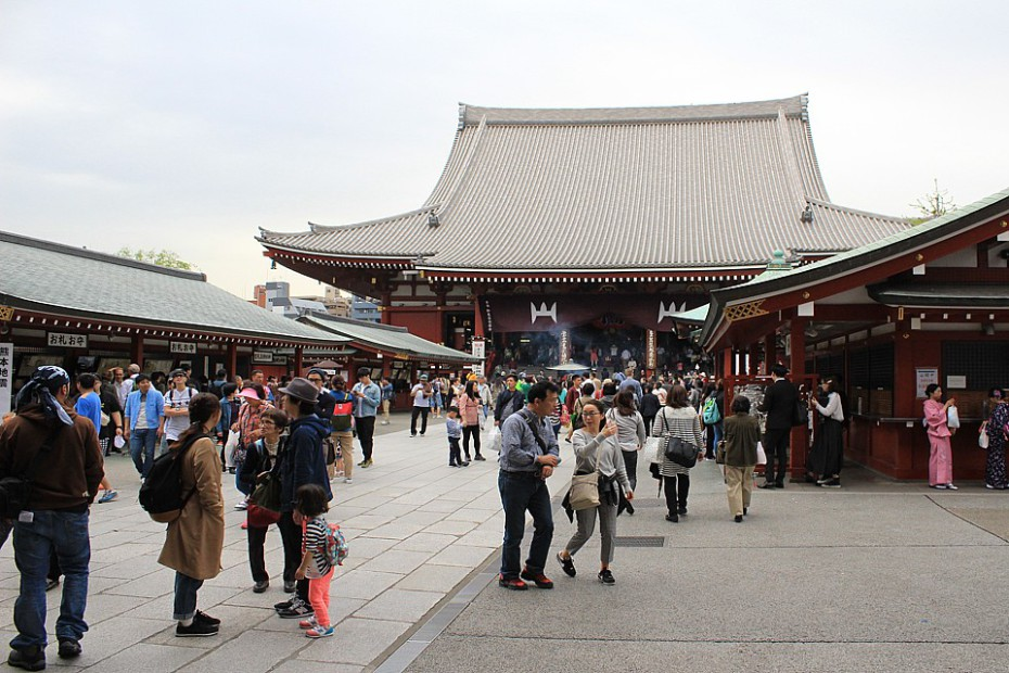 Stánky se suvenýry a Hlavní síň chrámu Sensódži v Asakuse