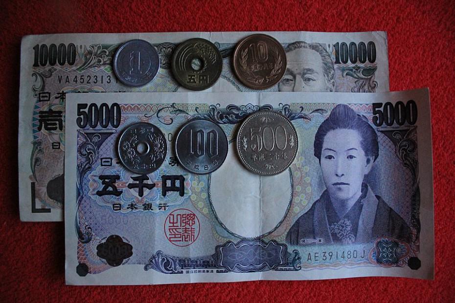 Kovové mince shora vlevo: 1 jen, 5 jenů, 10 jenů; dole zleva: 50 jenů, 100 jenů, 500 jenů