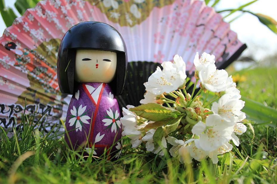 Dřevěná panenka kokeši a vějíř s jarními motivy. Zakoupeno u Fušimi Inari, Kjóto